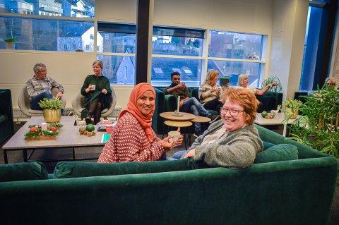 SAVNER INGEN TING: Lærerne på Larvik Læringssenter har fått romslig personalrom i femte etasje. - Vi savner ingen ting fra Sachnowitz vei, stråler Amina Hirsi og Hege Benedicte Fossum.