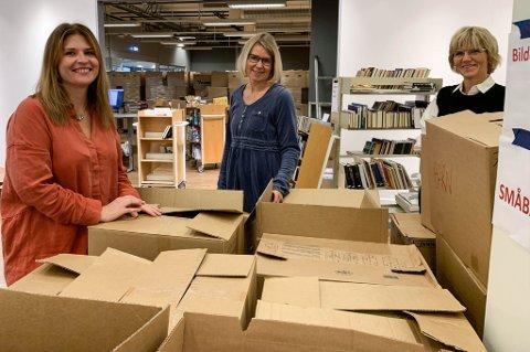 UTPAKKING: Tusenvis av bøker overlevde brannen, og nå skal de pakkes ut. F.v. Vibeke Høeg Næss, Irene Nørberg og Kari Moldvær.