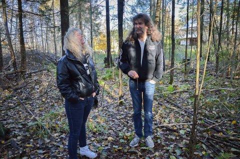 JAKTEN PÅ OFFERSTEDET: Monica og Øystein Therkelsen følger hans pendel på jakt etter det historiske stedet i Tjølling.