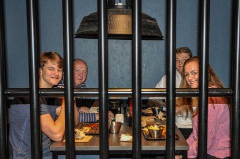 BAK GITTERET: Familien Næss var blant mange som tok turen til Burglar for å få seg middag for en hundrings på mandag. Fra venstre: Hans Christian, Jan Thore, Lars og Line Marie Næss.
