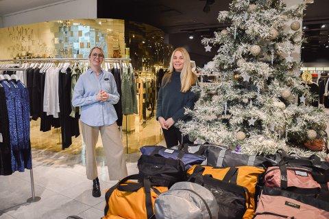 BLE IKKE STILLE: Ida Ims og Aina Hansen på Høyer er glade for at folk ikke har sluttet å handle i butikkene.