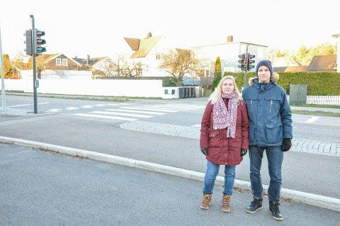 OPPGITTE: Siri Enger Svanes og Kristian Svanes skjønner seg ikke på bilister som kjører på rødt lys ved skoleveien.