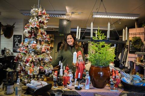 ELSKER JUL: May Bente Lie Bjørk koser seg skikkelig når hele butikken er pynta til jul.