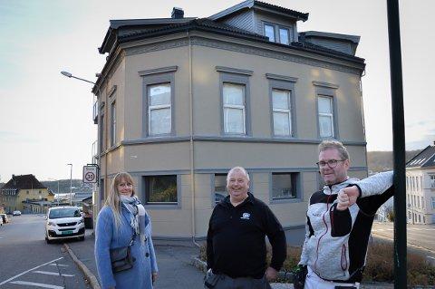 PUSSET OPP: Eierne av Bøkker veien 2/4 har akkurat fått malt huset, og er klare på at de skal trives fram til det blir en avklaring om jernbanestasjon, fra venstre Nina Askemyr, Bjørn Einar Skalleberg og Christer Selbo Mathisen.