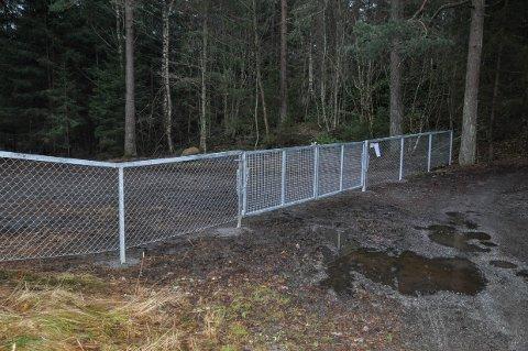 STRIDENS KJERNE: En flittig bruker av skogsområdene reagerer nå kraftig på at kommunen har betalt for dette gjerdet, og mener samtidig det er i strid med friluftsloven.