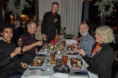 ALL SMILES: Det var ikke annet enn god stemning å spore på julebordet på Havmannen. Fra venstre: Noah Hunter Love Johansen, Trond Daae-Johansen, servitør Bellos Achilleas, Roy Rove og Line Kvammen.