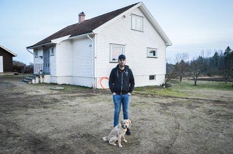 STOLT HUSEIER: Andreas Abrahamsen og hunden Java foran huset han kjøpte etter at han vant 200.000 da Alfa Eiendom delte ut to millioner kroner til førstegangs boligkjøpere i fjor.