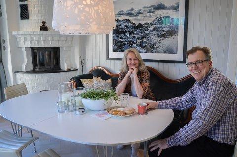 KOSER SEG I LARVIK: Gerd Borchgrevink og Harald Haave rundt kjøkkenbordet med hennes foto i bakgrunnen.