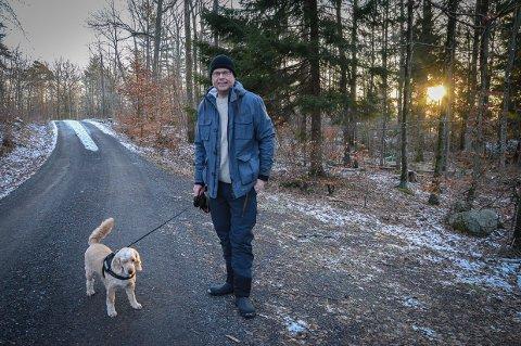 SLANK 50-ÅRING: – Jeg har gått ned 30 kilo og begynt med briller, sier Jørn Lier Horst. Og legger til at han ikke har fulgt noe spesielt opplegg. Men lagt om kosthold og lagt inn trening og turer med hunden Teodor på timeplanen.