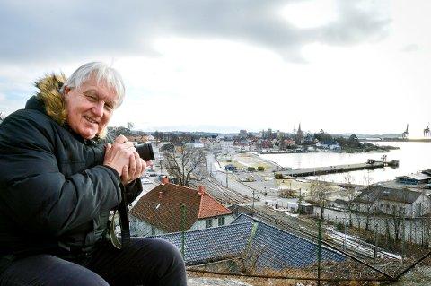 JAKTER MOTIVER: - Vi går på Bøkker´n, sier Terje Svendsen når vi skal ta bilde. Der har han full oversikt over byen han er så glad i, og der kan han fange lyset med linsa.