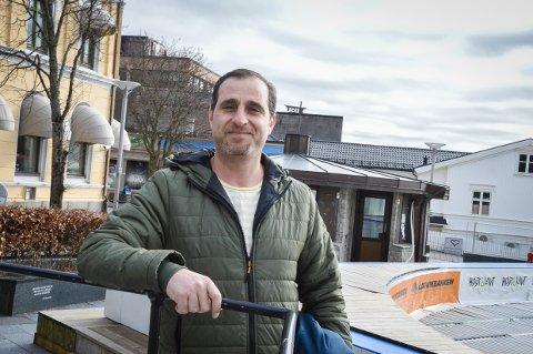 ØNSKER Å HJELPE: Aghiad Ajjoub er selv flyktning fra Syria og har bodd i Larvik i snart fem år. Nå vil han gjerne være til hjelp for eldre mennesker som ikke kan komme seg til butikken i disse corona-tider.