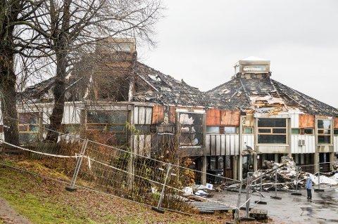 SKAL RIVES: Det er fire måneder siden Larvik bibliotek ble rammet av den skjebnesvangre brannen.