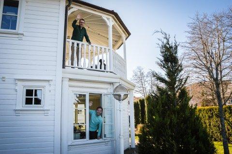 JOBBER I HVER SIN ETASJE: - Espen Karlsen styrer Jernia Norge fra spisestua i 2. etasje mens Stian Hjelvin Andersen lanserer to nye bøker fra kontoret i første etasje i sjøkanten i Stavern.