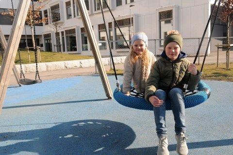 ALENE I SKOLEGÅRDEN: De har heldigvis hverandre å leke med i friminuttene, søsknene Alma og Oskar Nilsson.  - Det er bedre å være her enn hjemme, sier de om den nye skolehverdagen.