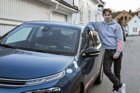 HELSKINNET: Martin Tønder (18) må nøye seg med leiebil i noen uker, etter at bilen han kjørte på torsdag fikk seg en skikkelig trøkk i en trafikkulykke.