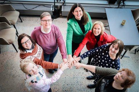 STÅR SAMMEN: Magdalena Lindtvedt (V), Gry Sørensen (BL), Ildrid Desiré Mangaard (Rødt), Rita Kilvær (H), Lisa Winther (SV), Hanne Marte Kleven Bjordammen (Pol.uavhengig) og Gry Caroline Aarnes (MDG). Bildet er tatt i forbindelse med