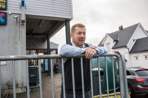PÅ'N IGJEN: Rune Sleveland mener det er urettferdig at konkurrentene i Stavern og Helgeroa får ha søndagsåpent, mens han må holde stengt også i turistsesongen.