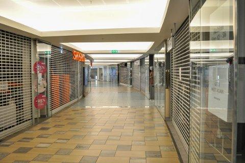 STENGT: Reduserte åpningstider og stengte butikker i den nordre korridoren i andre etasje på Nordbyen viser hvordan koronapandemien påvirker butikknæringen.