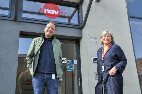 UTFORDRENDE: Olav Rønneberg og Elin Ivarson på NAV i Larvik ser at det i år blir vanskeligere å få seg sommerjobb, men sier at man ikke bør gi opp av den grunn.