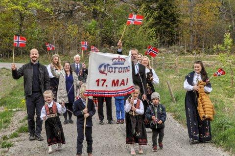 EGET TOG: Med hjemmelaget fane og tre familier i sving ble det et solid 17. mai-tog i Hagagrenda i Brunlanes.