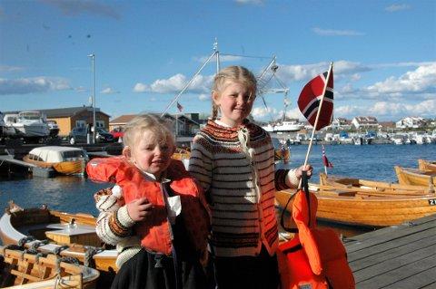 HURRA! Olava (3) og Ellinor (5) Ottem-Guii syntes det var stas å runde av 17. mai i båten.