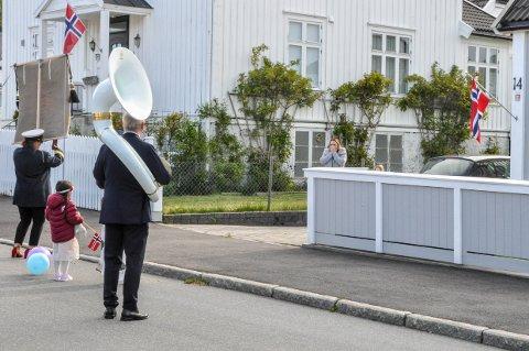 OVERRASKELSE: Siri Duvholt Larsen (40) trodde knapt sine egne øyne når et bursdagskorps dukket opp foran oppkjørselen hennes.