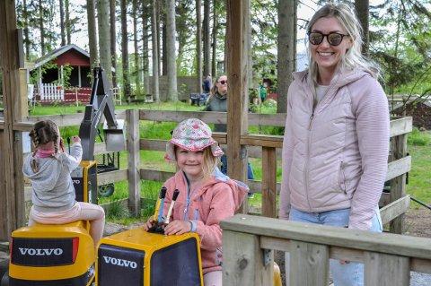 MYE MORO: Gravemaskinene var populære, og her har Maricke Bråthen Knipmeijer (5) endelig fått sin tur etter å ha stått litt i kø. Til høyre står mor Line Bråthen Knipmeijer.