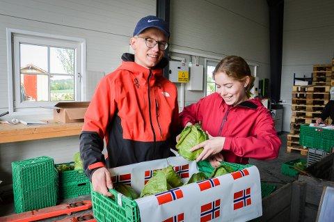 HELDIGE: Søsknene Jens og Anne Lund bor rett borti veien for Huseby Gård, og var heldige å få sommerjobb i år. Nå er det de aller første eksemplarene av årets nykål som pakkes klar.