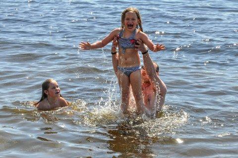 LUFTIGE SVEV: Frida Wiik Andersen kastes i lufta av Jarle Hvidtsten. Til venstre er søster Tomine.