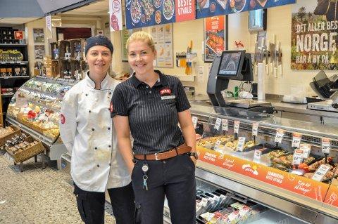 SUKSESS: Butikksjef Solfrid Sleveland rapporterer om jevn og god trafikk den første søndagen Meny Blinken holder åpent. Her med ferskvaremedarbeider Nora Andersen.
