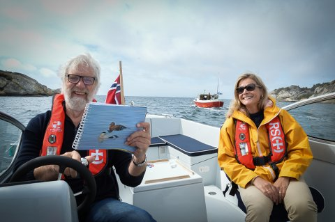 SYNGENDE KAPTEIN: Når Louis Jacoby har laget visebok sammen med designer Marianne Zaitzow, byr han på ei sjøllaga vise i ny sjekte på vei inn fjorden til Ula.