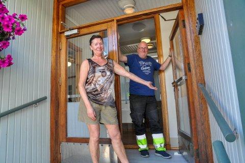 FIKK BREV: Karin Østensen og Odd Arild Bjørnevik åpnet Larvik pensjonat i fjor sommer. Nå har de fått brev fra kommunen, som påpeker at de skulle ha søkt om bruksendring av lokalene.
