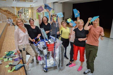 KONVOLUTT MED TAKK: De ble overrasket og glade, renholderne på Fagerli skole, da virksomhetsleder Cathrine Q. Hjerpsted (til venstre) hadde med en håndsydd konvolutt med hilsen og kjærlighet fra Bente Riskild Borgersen, Marit Røsjorde, Merethe Nyborg, Solveig Vollebekk, Tove Pedersen, Danuta Wiatr-Nowak, Bente Gramstad og Vanja Furu Næssø.