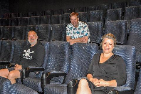 Kulturhussjef Andreas Gilhuus (bak), arrangementssjef Christian Lorentzen (t.v.) og markedssjef Linn Ambjørnsen gleder seg til å ta i mot 200 nye publikummere når Bjørn Eidsvåg kommer til Larvik med fullt band.