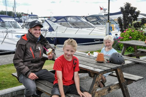 SLAPPER AV: Svein Erik Storengen (t.v.) besøker Helgeroa for første gang i sommer. Her sammen med Wilmer og Andreas Martinsen.