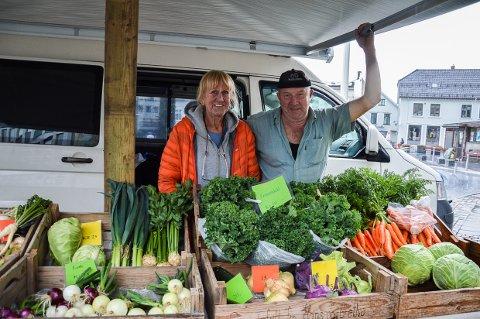 KORTREIST TORGHANDEL: Hver onsdag kommer Grethe Thon og Hans Kristensen fra småbruket sitt i Svarstad med friske grønnsaker og blomster rett fra jorda til Larvik Torg.