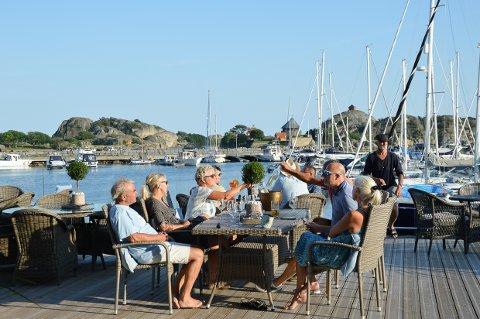 NYTER SOL OG MAT: De storkoste seg på den nye restauranten, fra venstre Calle Normann, Heidi Gjelstad, Lise Dean, Trond Eriksen, Dag Tharaldsen og Anne Solsvik.