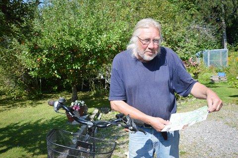 """GUIDE MED KART: Ragnar Ridder-Nielsen med guiden """"På sykkel i vikingland"""", som gir enkombinasjon av sykkeltur og kunnskap om vikinghistorien i Tjølling."""