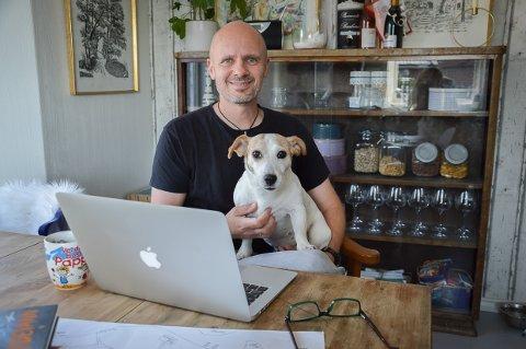 KLAR MED NY EDDI STUBB: Frode Eie Larsen med Sita på fanget, har kommet med ny krimbok i serien han skriver for barn sammen med Dag Otto Lauritzen, nå på nytt forlag, og nå kommer ny bok om Eddi Stubb fra trykkeriet.