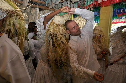 VODOU-PREST: På dette bildet, tatt noen år tilbake i tempelet i Haiti,  hilser Houngan Kris ny-innvidde og ønsker dem velkommen i fellesskapet.