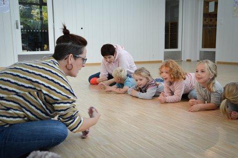 MAGISK: Elise Kaupang fra Larvik kulturskole har 4-åringene på Solstad barnehage i sin hule hånd.