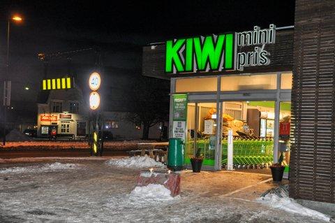 GIKK UTEN: Verken her på Kiwi Torstrand eller ved den mye omtalte Kiwi Nanset benyttet de ansatte munnbind under ØPs sjekk torsdag kveld.