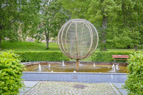REKONSTRUERES: Kloden i Badeparken ble satt opp for snart 30 år siden. Nå skal den rekonstrueres.