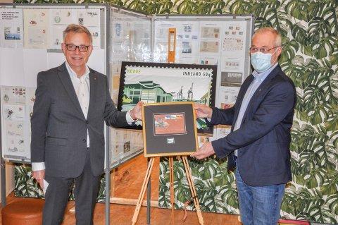 UNIKT: Frimerkedirektør Halvor Fasting (t.v.) og varaordfører Rune Høiseth fikk fredag æren av å presentere Larviks eget frimerke.