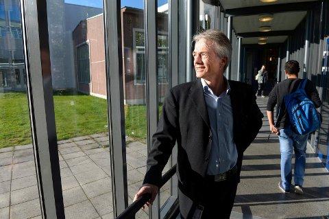KREVENDE TID: Rektor Harald Møller ved Sandefjord videregående skole innrømmer at det er krevende med undervisning når mange av elevene og lærerne er hjemme i karantene.