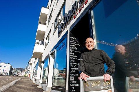 I PRINSEGATA: I 30 år har Tom Bach drevet butikk i Prinsegata i Larvik. – Butikken ble bygd om i fjor, og jeg har egentlig gjort ganske store forandringer, sier han.