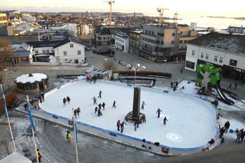 ET ÅR TIL NESTE GANG: Skøytebanen på Torget er et populært tilbud. Nå er det slutt for i år.