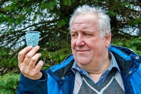 GRØNN FRAMTID: Denne superlette nettingpotten kan plantes rett i jorda og blir i motsetning til plast brutt ned. Audun Hem Larsen er konsulent for den store sveitsiske produsenten  Bachmann i utviklingen av produktet, som trolig lanseres i 2021-22.