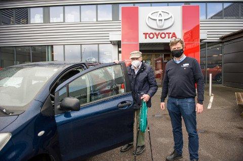 LOJALE KUNDER: Gulbrand Næss må med sine 89 år og med sertifikat siden 1956 være en av de virkelige veteranene på våre lokale veier. Og han er svært fornøyd med servicen han får av Ole Johnny Christiansen og de andre på Toyota i Larvik.