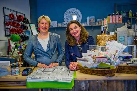 BAK DISKEN: Aase Strand (t.h.) og Anne Lise Berggren Eriksen jobber sammen i butikken.